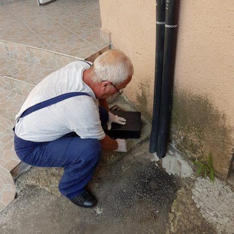 Deratizare Oradea, Specialistul Roxadera monteaza capcane pentru soareci si sobolani.
