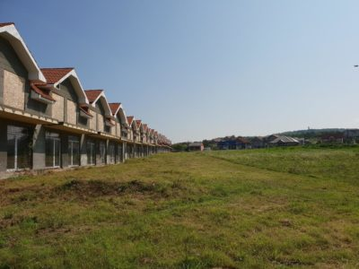 Toaletare spatii verzi Tuns iarba gazon la un complez rezidential din Oradea